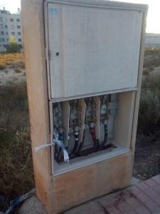 Armario de electricidad sin una de las tapas, sellado por la policía municipal con cinta, pero que ya ha desaparecido. Calle Palmira Pla.