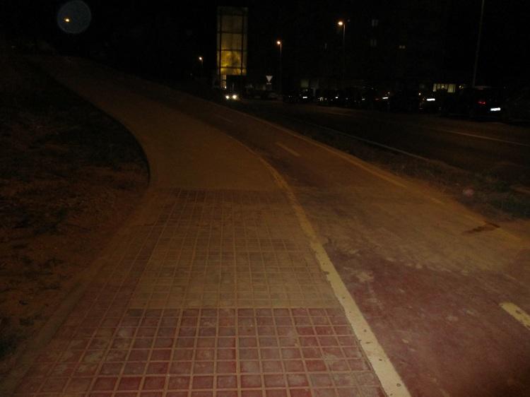 Barrizal en acera y carril bici en la carretera de Castralvo