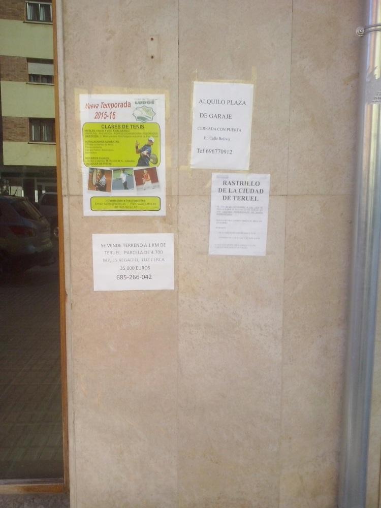 Carteles pegados en la fachada de un local sin actividad en la Avda. Sanz Gadea