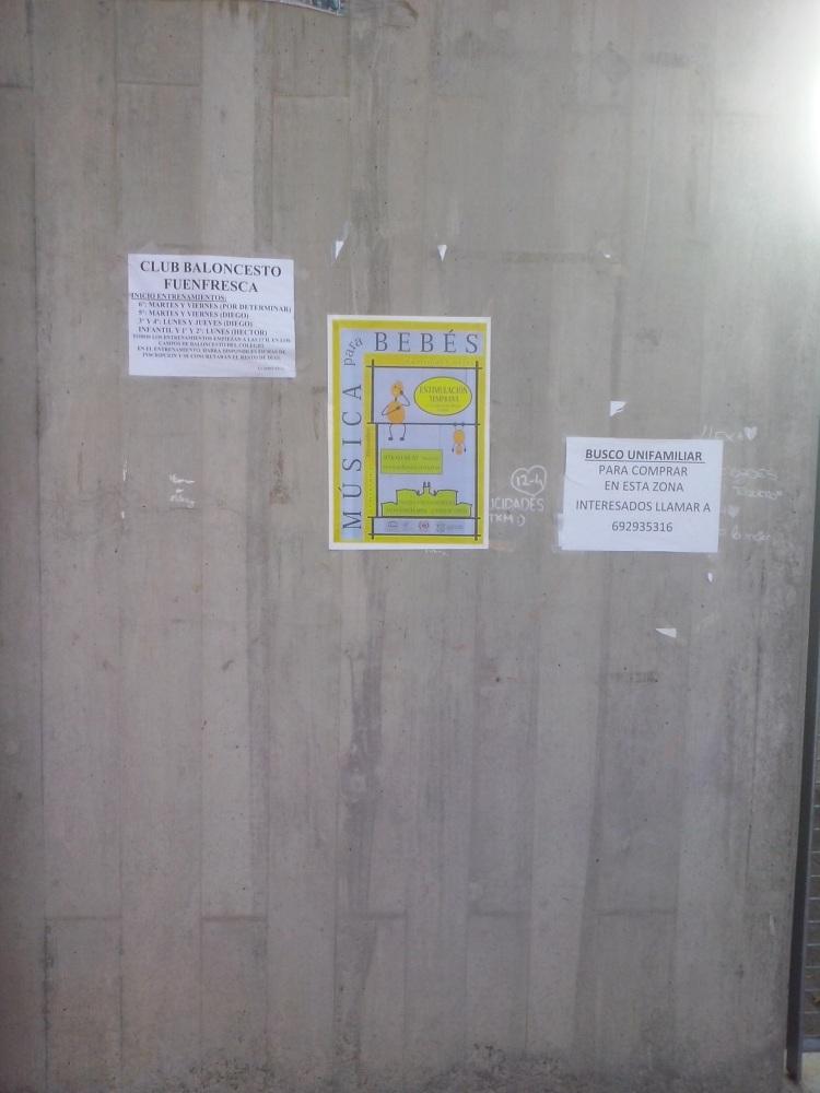Carteles pegados en una de las puertas del CP Fuenfresca 2